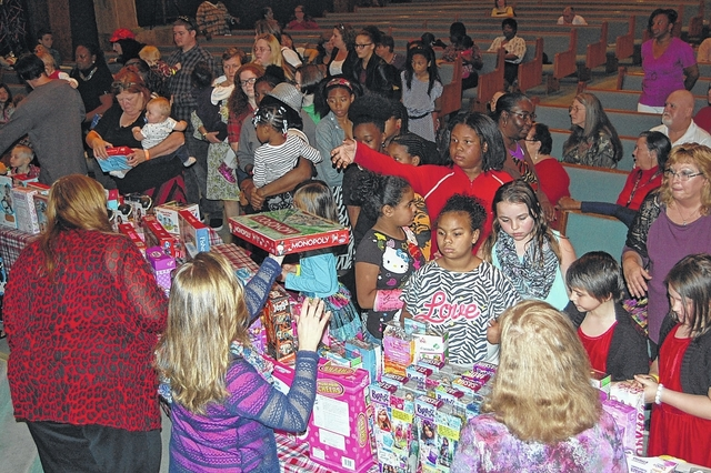Church pitches in, distributes kids\' Christmas gifts to hundreds ...